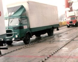 1976 - questo camion (guida a destra senza servosterzo) effettuava la linea ItaliaAustria principalmente per trasportare calze da donna. Qui è ripreso sulla nave per la Sardegna
